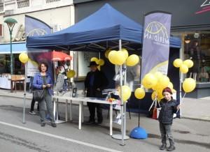 Mag. Gabriela Hamböck, Calvin Kalma und Daniel beim Verschenken der Luftballons