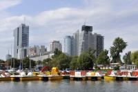 Alte Donau mit Booten und Skyline (21. Bezirk)